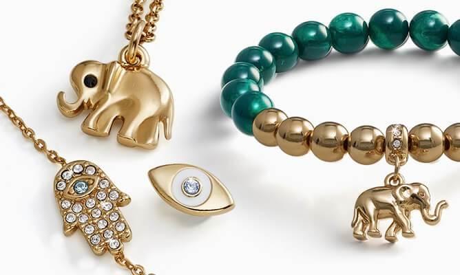Accesorios con amuletos para encontrar equilibrio y bienestar
